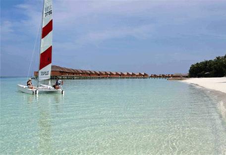 456p_veligandu-island_catamaran-sailing.jpg