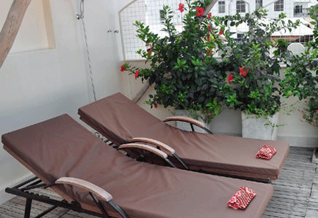 456h_mashariki-palace-hotel_sunbeds.jpg