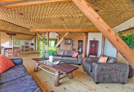 456g_stiltz_lounge.jpg