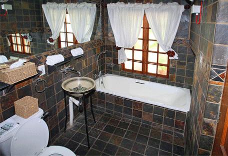 456g_country-manor_bathroom.jpg