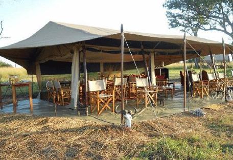 456a_ubuntu-camp_exterior-dining.jpg